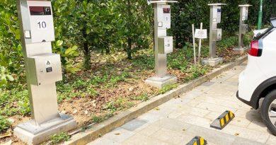 於公共停車場、商場、公共康樂設施及偏遠地區增設約400個電動車充電站